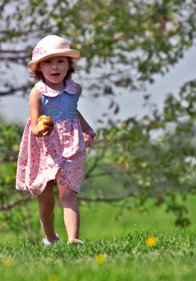 Download ход девушки стоковое изображение. изображение насчитывающей красивейшее - 477173