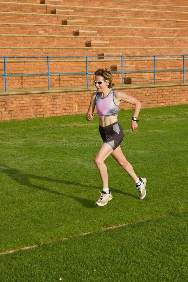 ход женщины спортсмена стоковое изображение