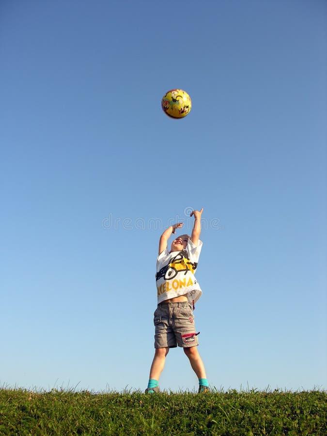 ход мальчика шарика стоковая фотография rf