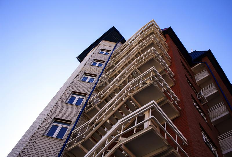 Ход пожарной лестницы вдоль здания стоковое изображение rf
