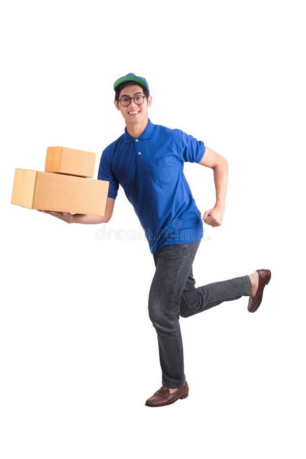 Ход работника доставляющего покупки на дом стоковое фото
