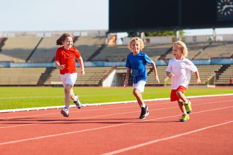 Ход ребенка в стадионе Дети бегут Здоровый спорт стоковые фото