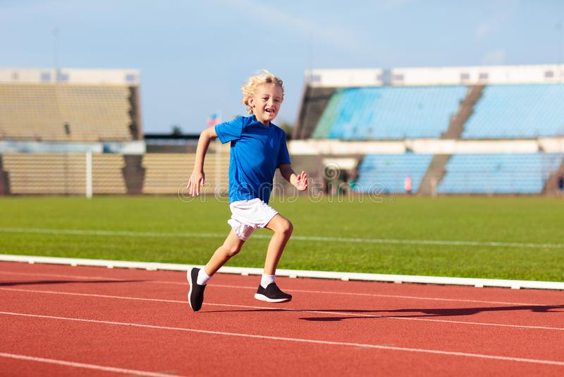 Ход ребенка в стадионе Дети бегут Здоровый спорт стоковые изображения