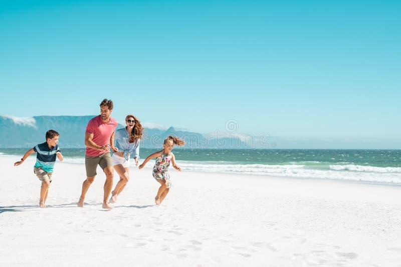 ход семьи пляжа счастливый стоковая фотография rf