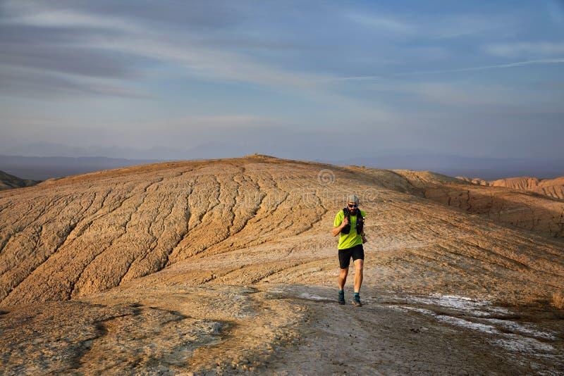 Ход следа в пустыне стоковая фотография