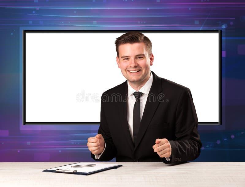 Хозяин телевизионной программы с большим экраном экземпляра в его назад стоковые фото