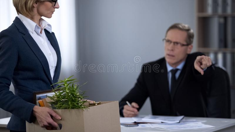 Хозяйничайте увольнять его секретаршю, неправомочный непрофессиональный работника, временное увольнение стоковые изображения rf