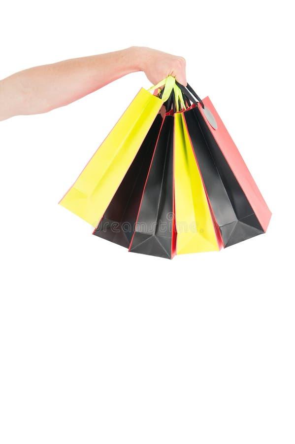 Хозяйственные сумки в предпосылке изолированной рукой белой Пакеты бумажных мешков Концепция покупок и пакета Подготовка праздник стоковые изображения rf