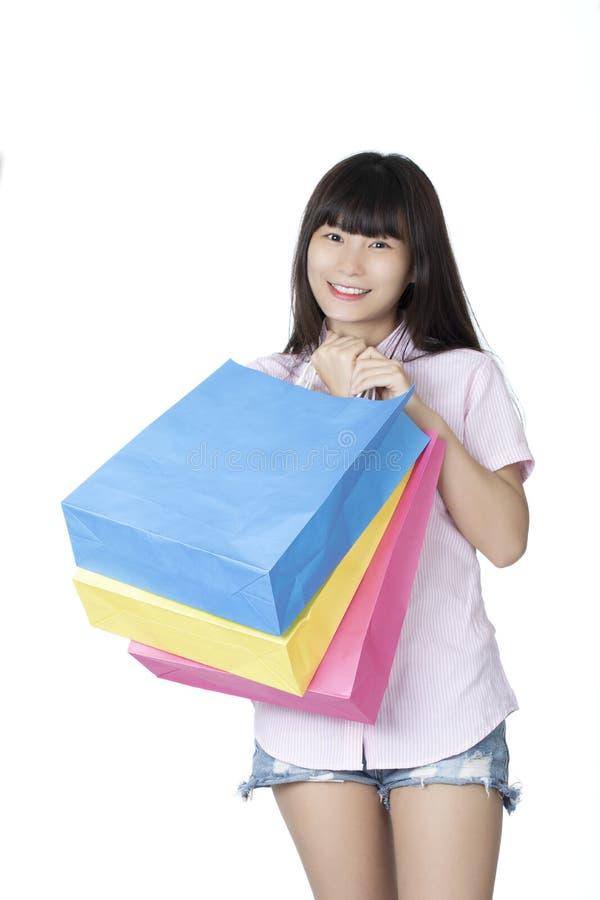 Хозяйственные сумки нося китайской женщины, изолированные на белой предпосылке стоковые изображения rf