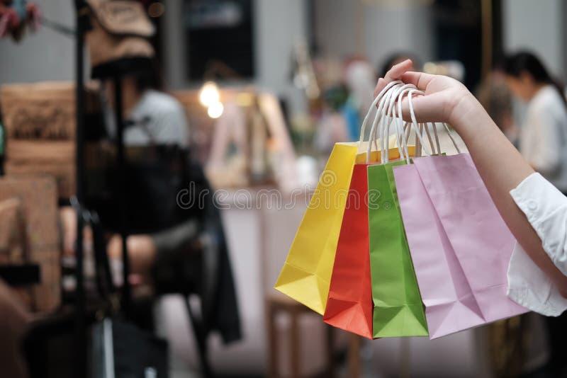 Хозяйственные сумки продажи удерживания молодой женщины концепция образа жизни защиты интересов потребителя в торговом центре стоковое изображение