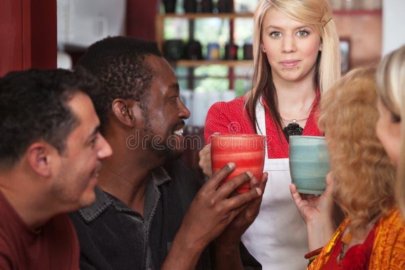 Хозяюшка принося пить стоковое изображение
