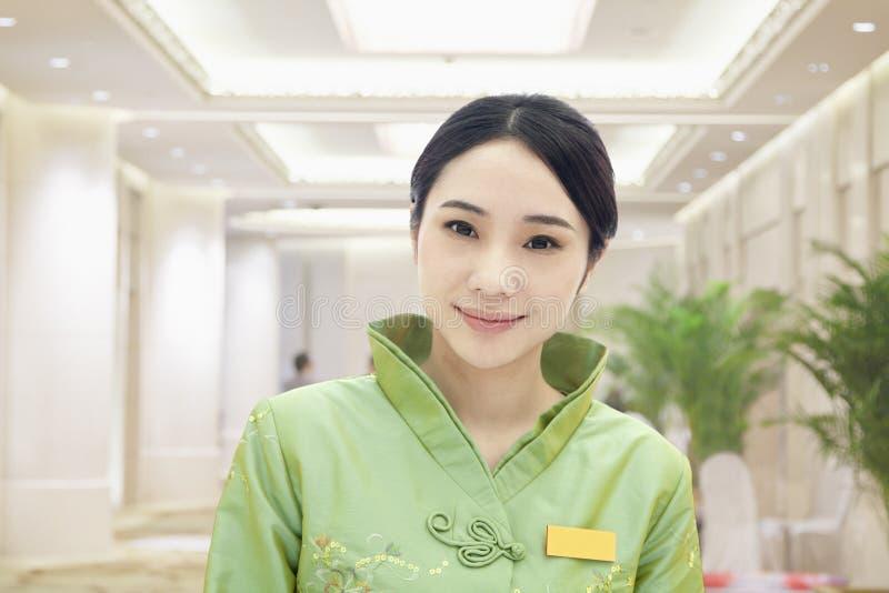 Хозяюшка ресторана/гостиницы в одежде традиционного китайския стоковое изображение