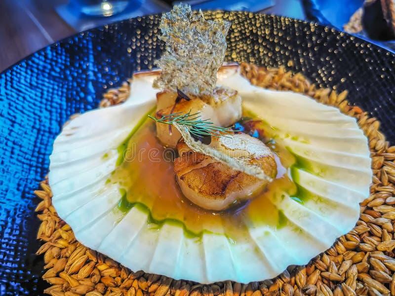 Хоккаидо опаленный лотком scallops с обломоками dashi, морской водоросли и солода пива пшеницы стоковая фотография rf