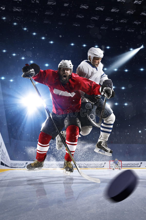 Хоккеисты снимают шайбу и нападения стоковые фотографии rf