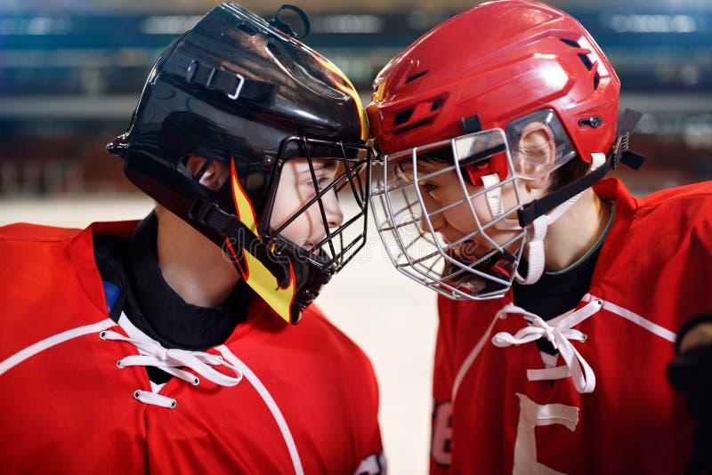 Хоккей на льде - игроки мальчиков стоковые изображения