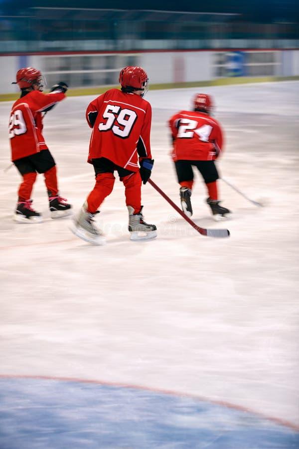 Хоккей на льде игры мальчиков стоковые фотографии rf