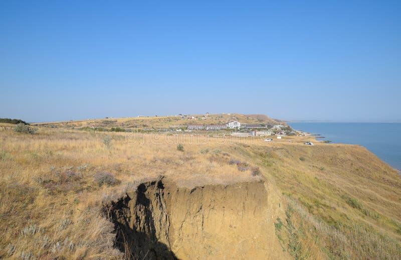 Холмистое побережье около моря Азова Глинистые породы, скала на береге стоковое изображение