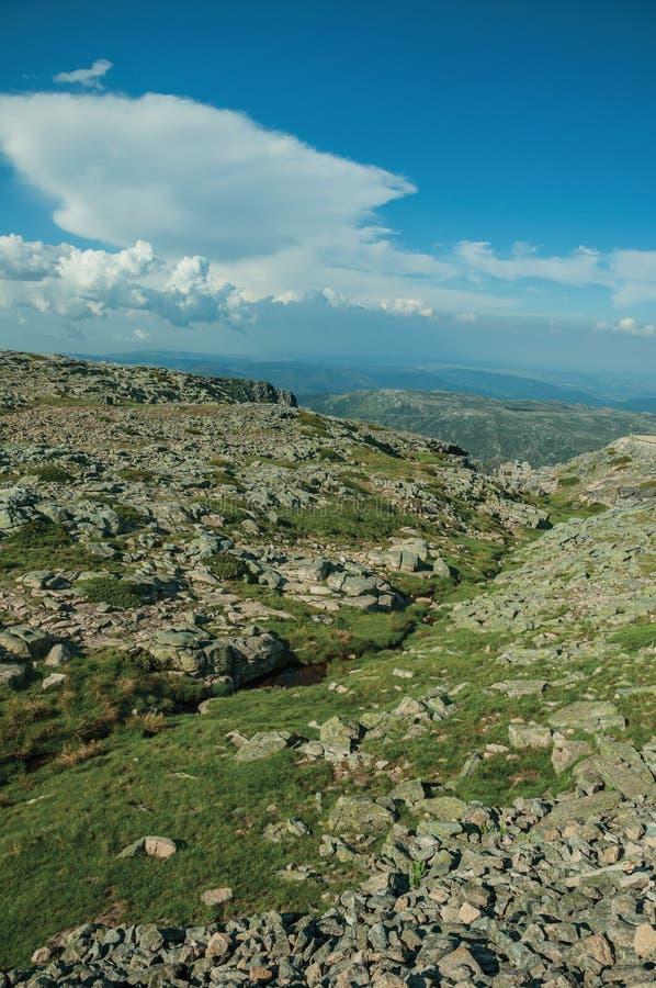 Холмистый ландшафт зеленой промоины с утесами стоковая фотография rf