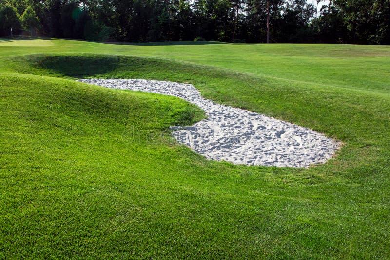 Холмистый ландшафт поля для гольфа с песком стоковое изображение