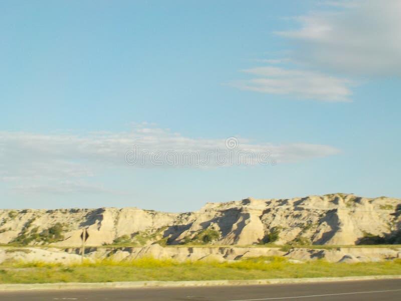 Холмы грязи обочины неплодородных почв стоковое фото rf