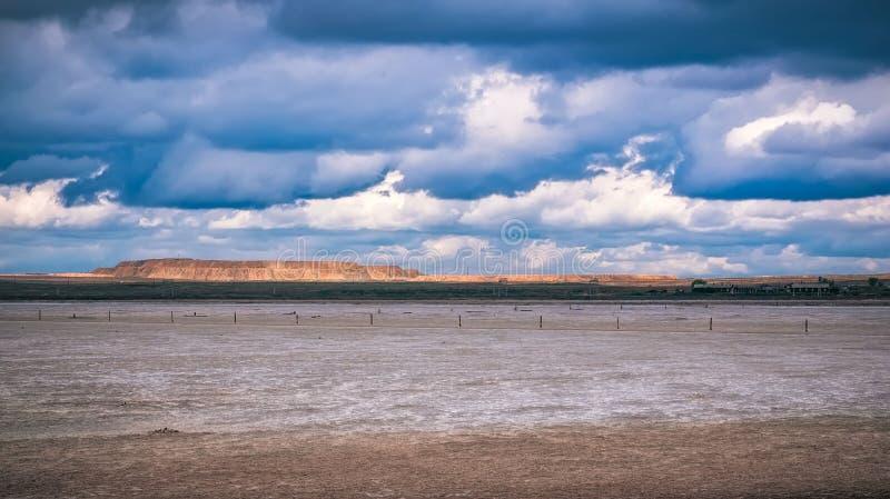 Холмы панорамы в солнечном дне Солнце холмов ландшафта перспективы сценарное idylic через cloudsmeadow стоковое фото