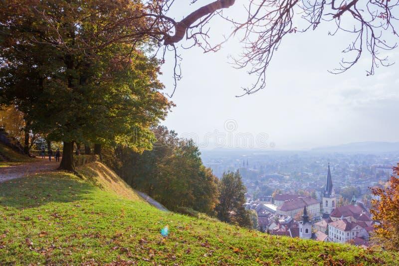 Холм замка осени в Любляне Взгляд на исторической части города стоковое фото