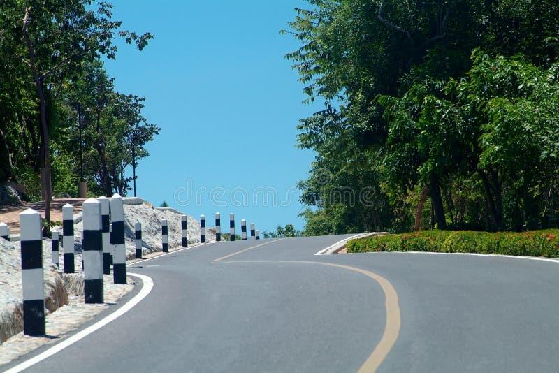 Download холм над замоткой дороги стоковое изображение. изображение насчитывающей дорога - 1198685