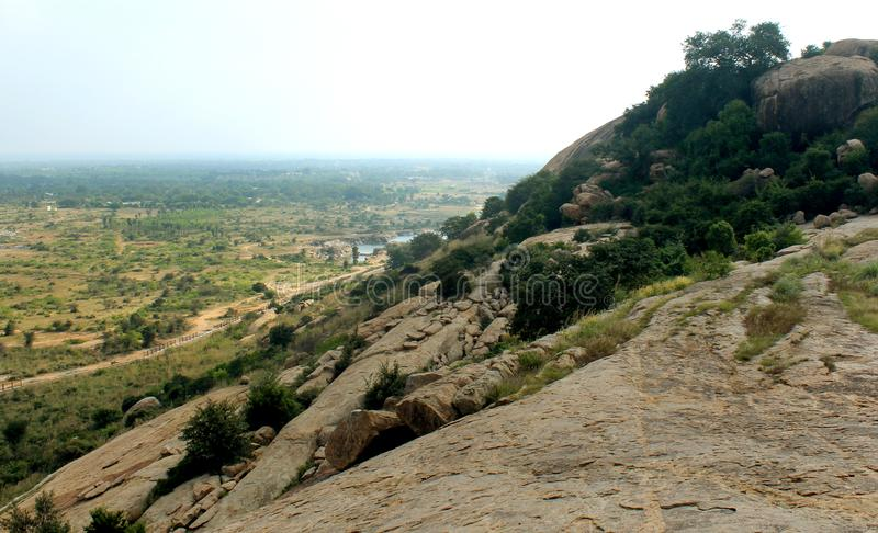 Холм с ландшафтом полей sittanavasal стоковые изображения rf