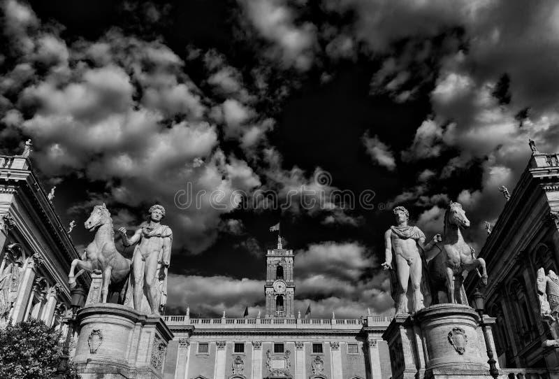 Холм Capitoline с облаками в Риме стоковые фотографии rf