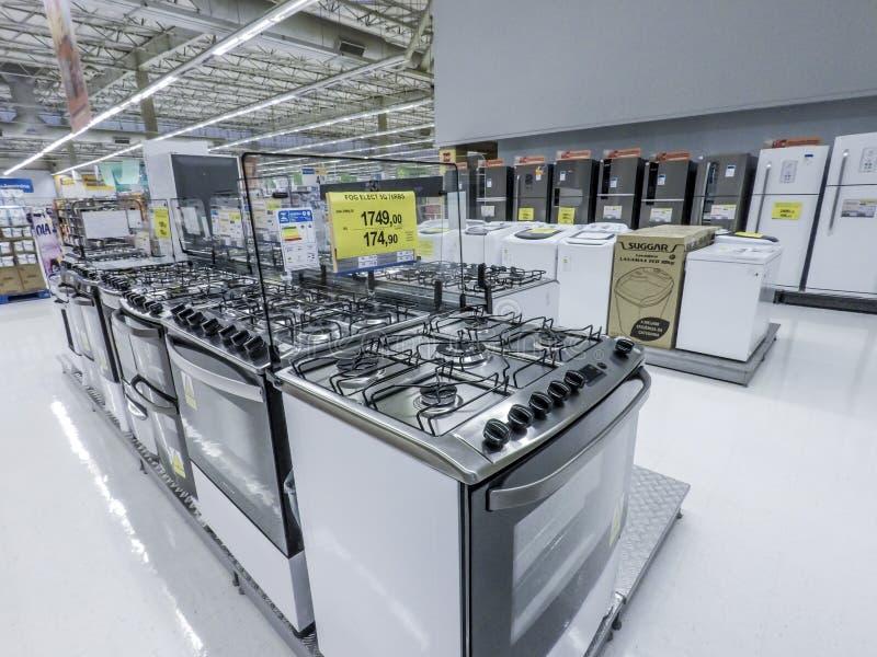 Холодильник и газ и электрические печи, плиты и другие прибор или оборудование в выставочном зале магазина розничной торговли стоковые изображения rf