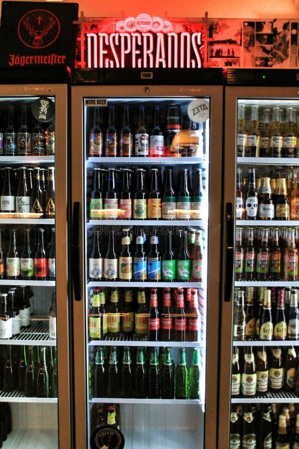 Холодильник с разнообразием пив в баре стоковые фото