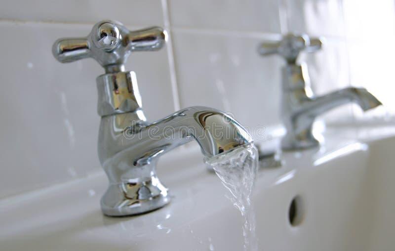 холодная горячая вода кранов раковины стоковая фотография