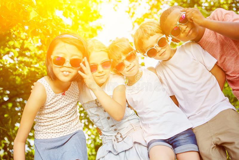 Холодная группа в составе дети как друзья стоковое изображение rf