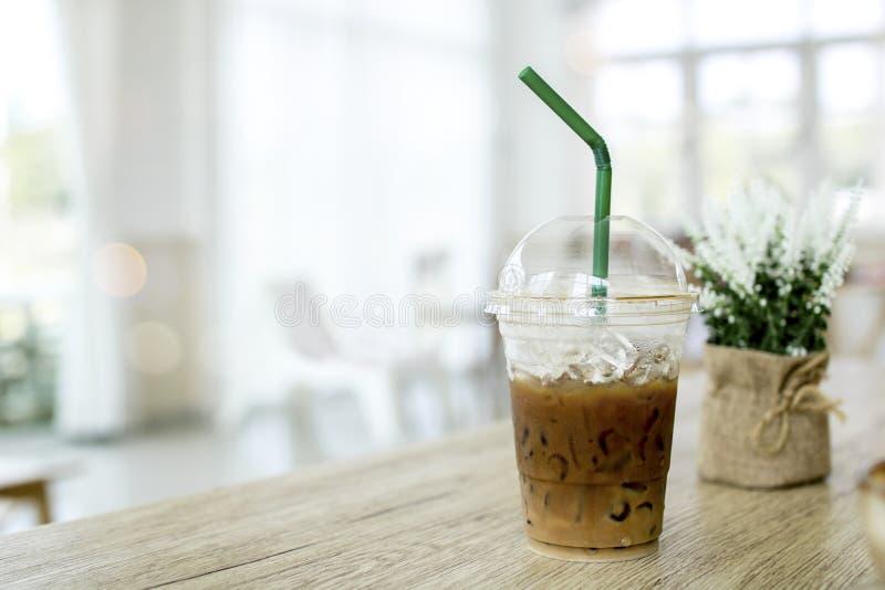 Холодная кофейная чашка капучино и льда на таблице в кафе стоковая фотография rf