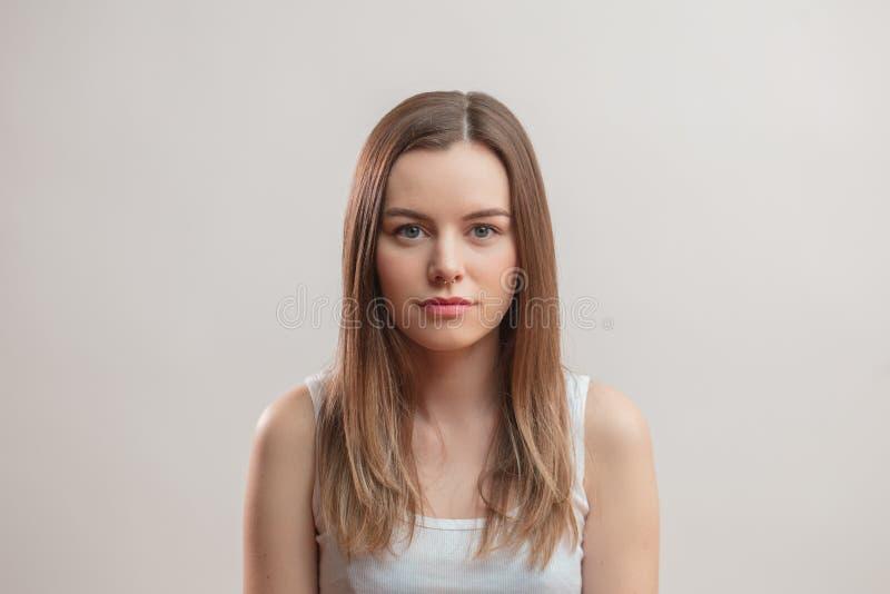 Холодная справедливая с волосами девушка с прошивкой в носе стоковые изображения rf