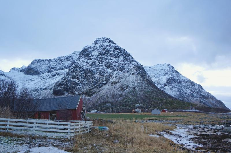 Холодное ледовитое перемещение горы на каникулы медового месяца или зима потехи путешествуя для обоев стоковые изображения rf