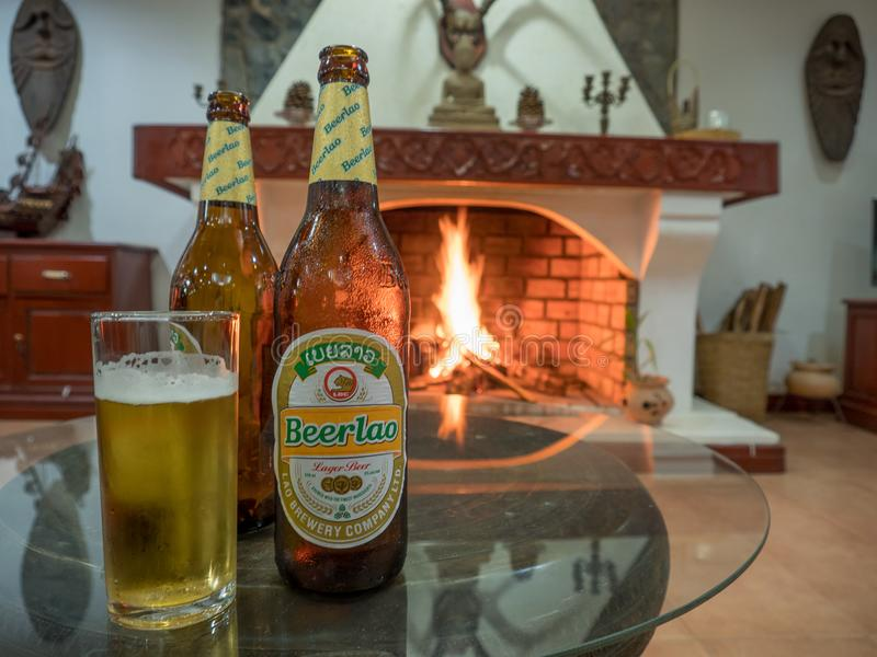 Холодное пиво перед огнем стоковое фото