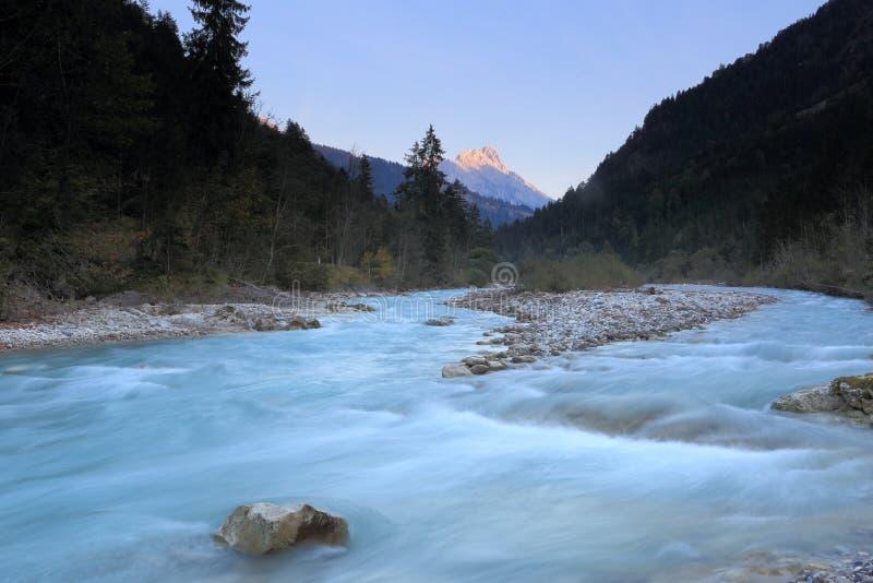 Холодное река с горным пиком стоковое фото rf