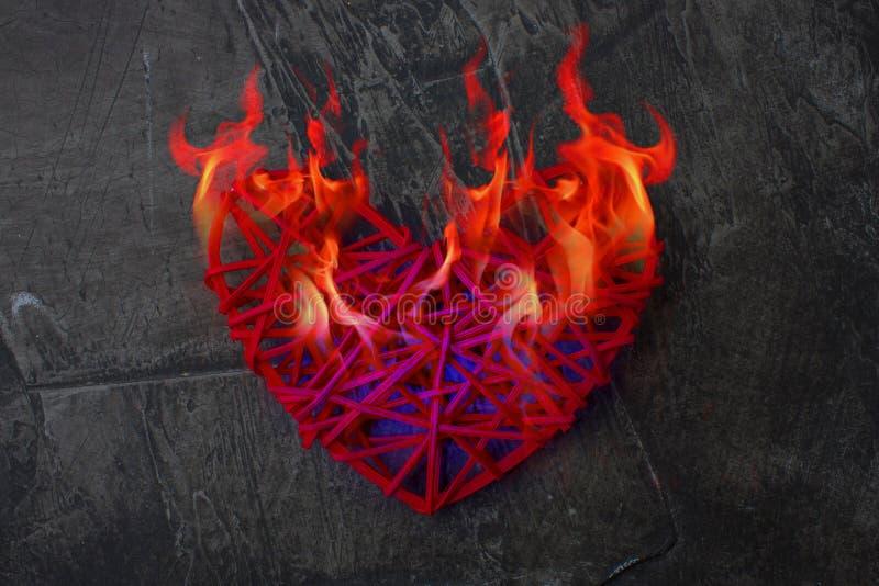 Холодное сердце плавит от пламени огня Сердце на огне Тема на день ` s валентинки Свадьба, влюбленность стоковое фото rf