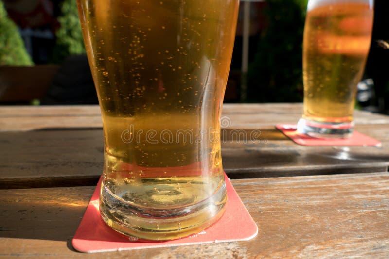 Холодное стекло свежего пива стоковые изображения rf