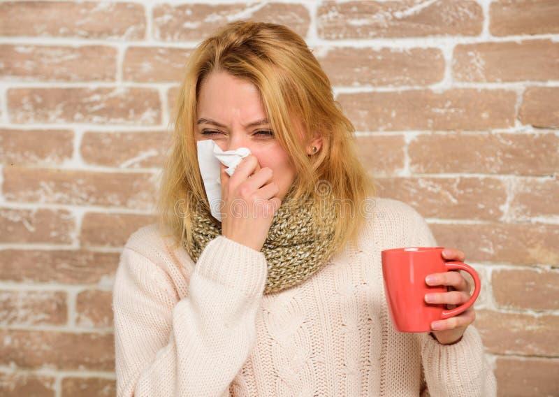 холодные выходы гриппа Жидкий нос и другие симптомы холода Выходы должны помочь побить холодные быстрые подсказки как получить ос стоковое фото rf