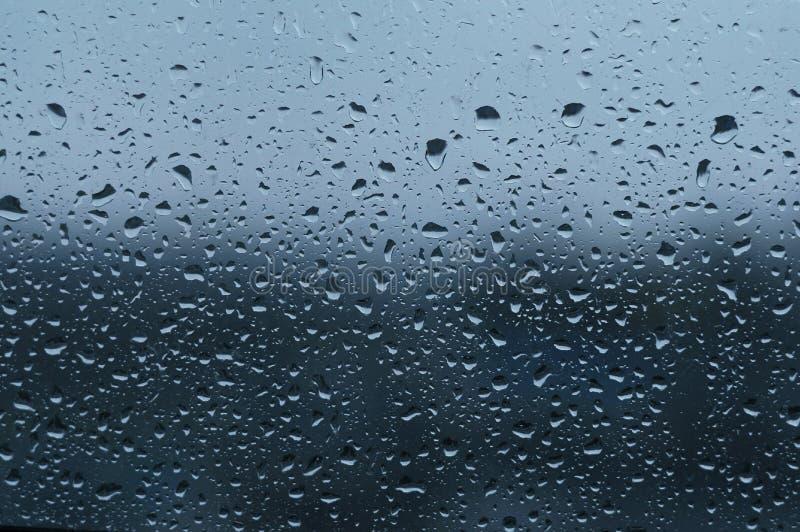 Холодные падения на окне стоковые фото