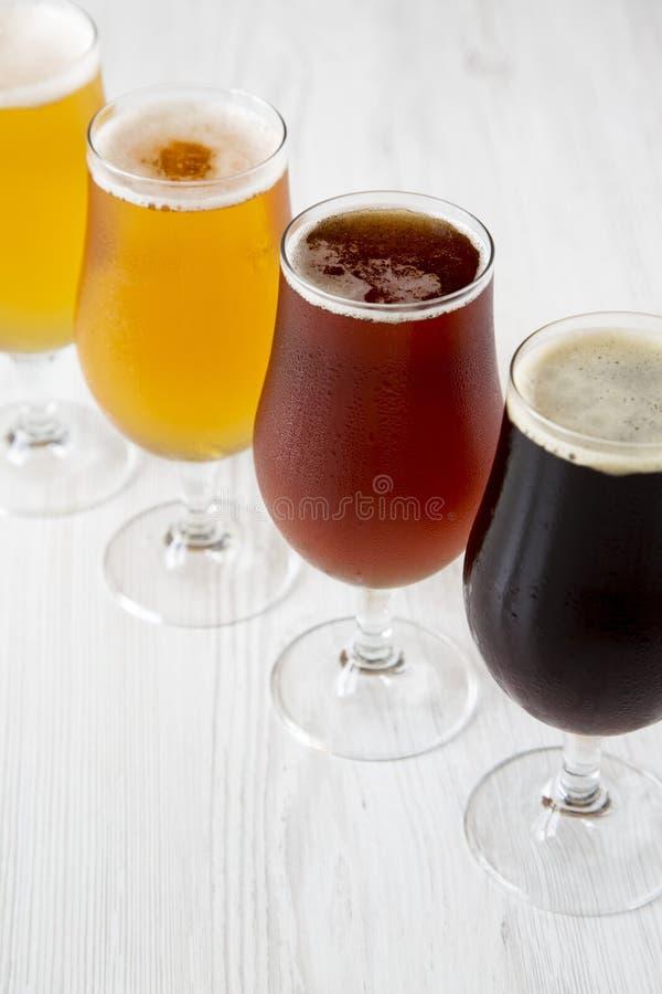 Холодный ассортимент пива ремесла, взгляд со стороны : стоковое фото