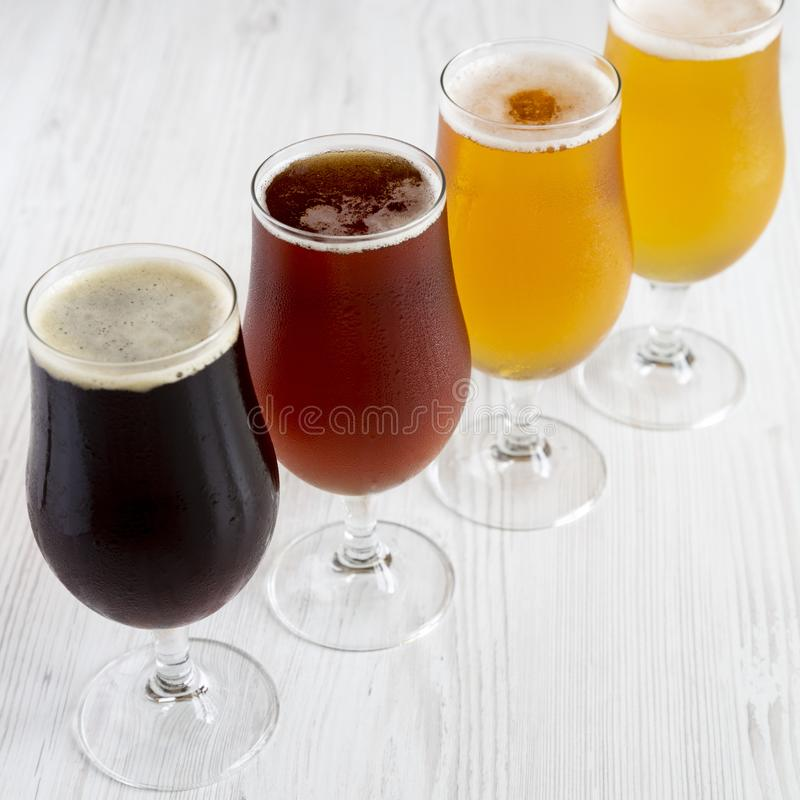 Холодный ассортимент пива ремесла, взгляд со стороны стоковая фотография