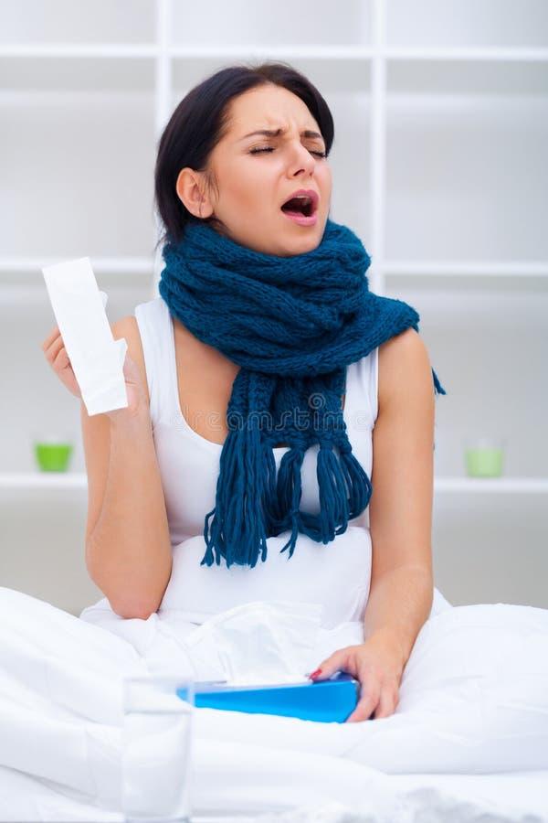 холодный грипп Портрет больной холода уловленного женщиной, чувствуя больное стоковое изображение