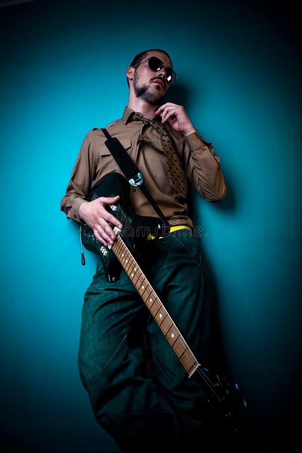 холодный игрок гитары стоковое фото