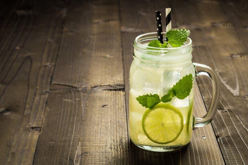 Холодный коктеиль Mojito с листьями льда, лимона и мяты в каменщике Ja стоковые фотографии rf
