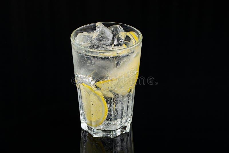 Холодный коктейль с лимоном Стекло падений росы Свежесть, алкоголь, бар r стоковые изображения