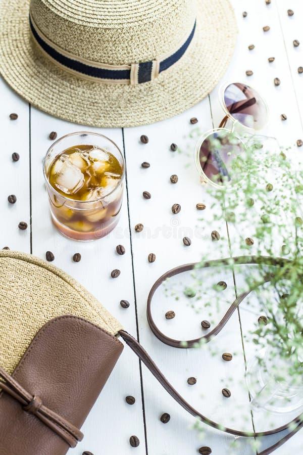 Холодный кофе среди аксессуаров лета стоковое фото