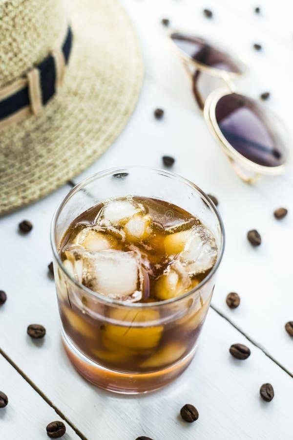 Холодный кофе среди аксессуаров лета стоковое изображение rf